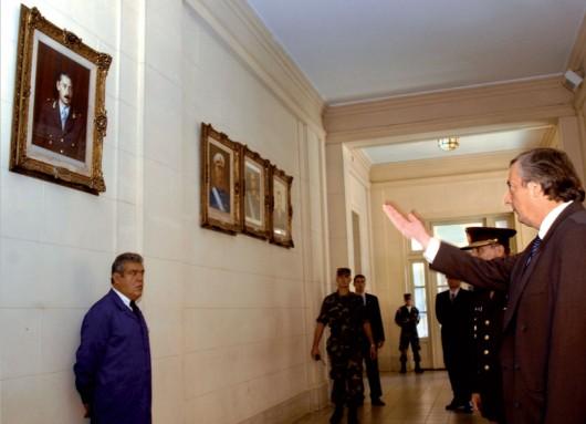 Nestor Kirchner ordena bajar el cuadro de Videla