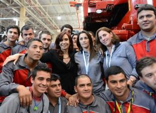 Cristina junto a trabajadores de Fiat