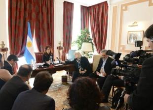 Conferencia de prensa, donde participan medios nacionales y extranjeros.