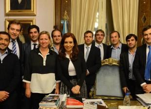 """La Presidenta de la Nación, Cristina Fernández de Kirchner, con intendentes integrantes de la Agrupación """"Los Oktubres""""."""