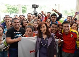 Cumbre del Mercosur en Venezuela. Cristina con jóvenes en Venezuela.